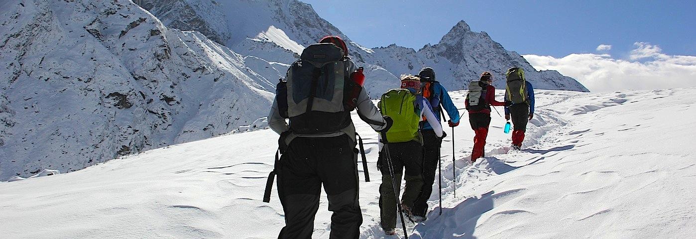 Piotr zabezpiecza wyprawę w Himalaje